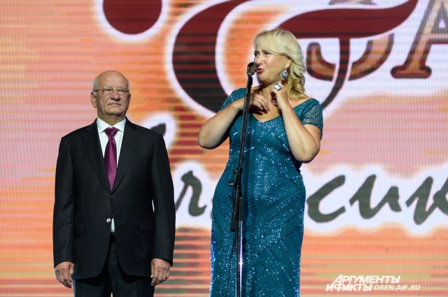 Зрителей приветствовали губернатор Оренбуржья Юрий Берг и директор фестиваля Татьяна Воронецкая .