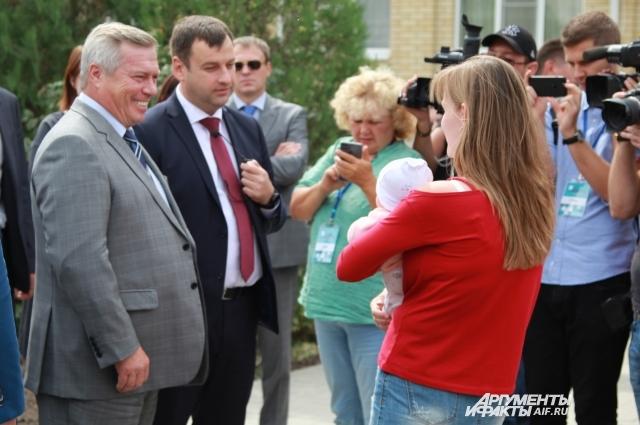Губернатор Василий Голубев общается с жителями Таганрога, которые участвуют в нацпроекте по благоустройству дворов.