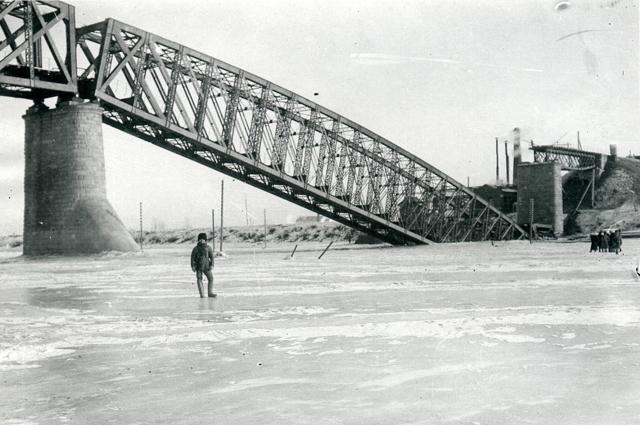 Взорванный железнодорожный мост.