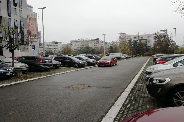 Парковка на тротуаре разрешается.