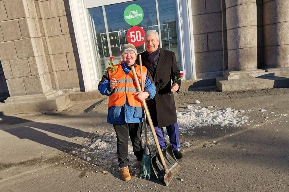 Депутаты раздали цветы в центре Челябинска.