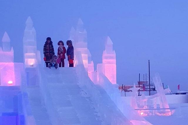 Ледовый городок славится своими длинными горками.