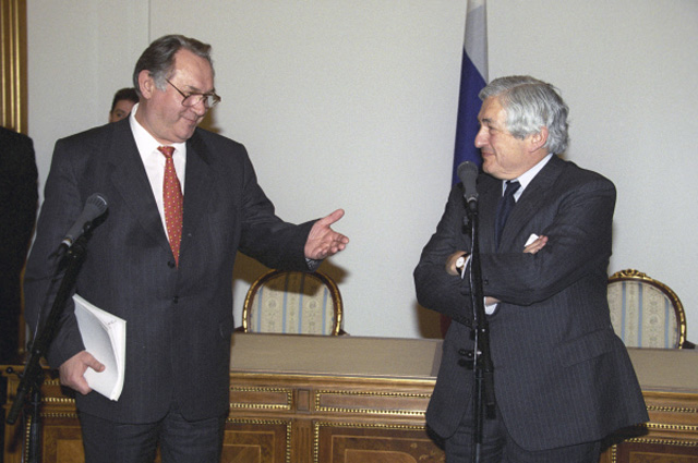 Первый вице-премьер правительства РФ Юрий Маслюков (слева) и глава Всемирного банка Джеймс Вулфенсон во время встречи в Москве