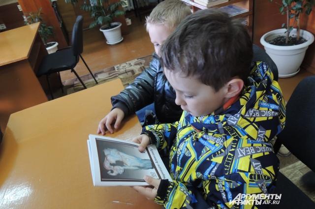 Малышей из детского сада привели в библиотеку знакомиться с картинами местного художника