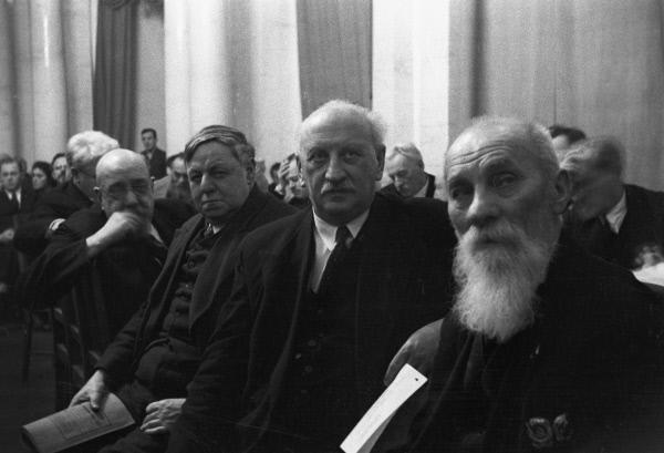 На собрании Академии наук СССР. Справа налево: А. Бах, А. Иоффе, Е. Тарле, А. Орлов. 28 января 1939 года. Москва.