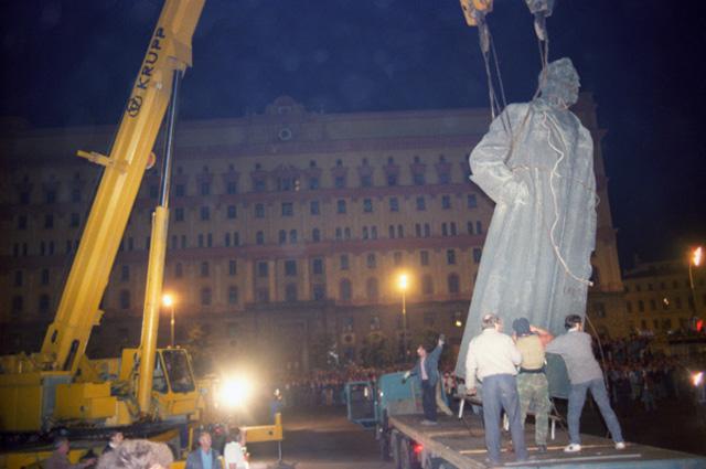 Демонтаж памятника Ф.Э. Дзержинскому на одноименной площади (ныне Лубянская) в Москве. Осуществлен по распоряжению Моссовета в ночь на 23 августа 1991 года после неудавшегося государственного переворота членами ГКЧП
