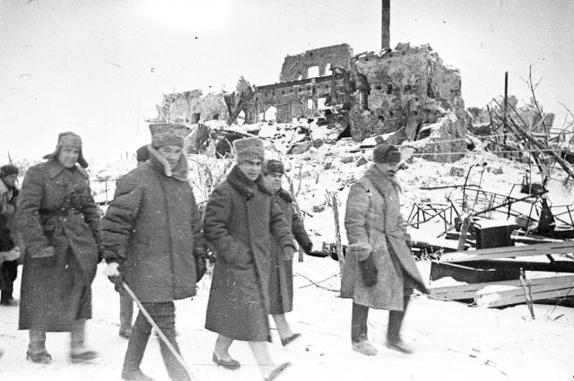 Командующий 62-й армией Сталинградского фронта генерал-лейтенант Василий Иванович Чуйков (с палкой) и член военного совета Сталинградского фронта генерал-лейтенант Кузьма Акимович Гуров (по левую руку Чуйкова) в районе Сталинграда. 1943 г