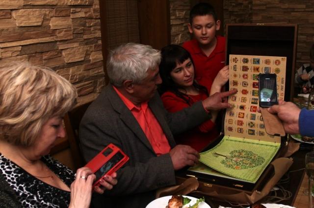 Петербуржец показывает книгу фамильного древа всем многочисленным родным.
