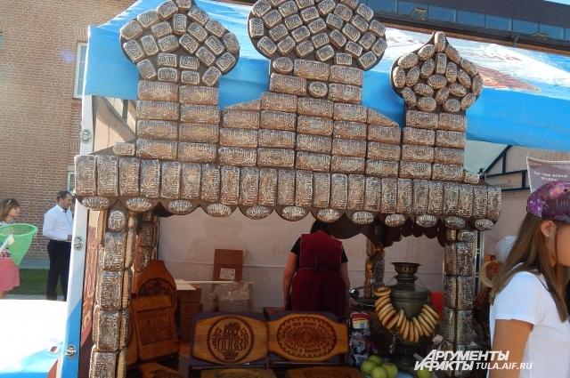 На фестивале красовались целые конструкции из пряников.