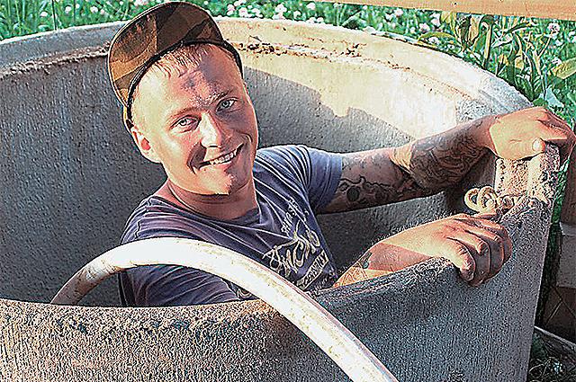 «Бытовой комфорт можно создать даже в чистом поле», - считает молодой фермер Михаил Бажан.