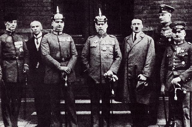 Генерал Эрих Людендорф (в центре) и Гитлер