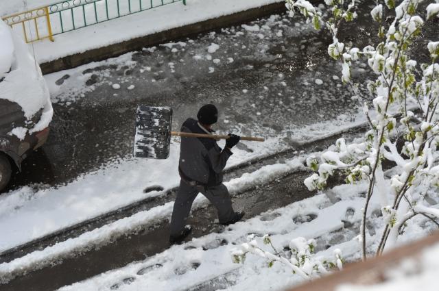 Не везде снег успевают убрать.
