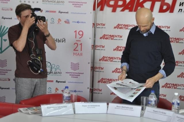 Документальный фильм о Вырыпаеве снимают даже во время пресс-конференций.