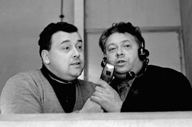 Cпортивные комментаторы ЯнСпарре (слева) иНиколай Озеров (справа) ведут репортаж изДворца спорта «Тиволи» вовремя чемпионата мира похоккею. 1966 год.