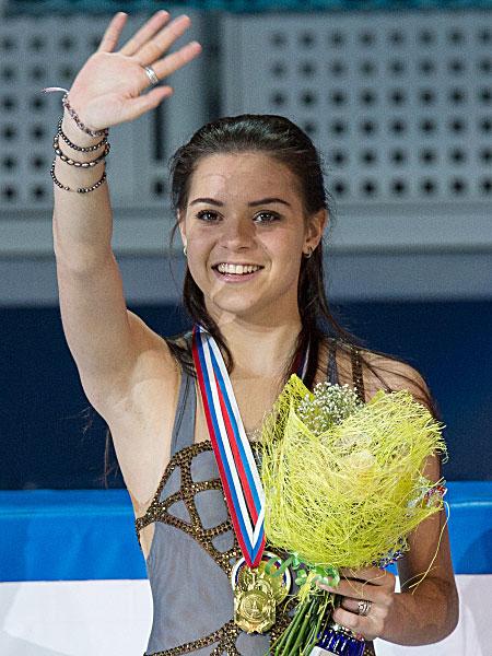 Аделина Сотникова, завоевавшая золотую медаль в женском одиночном катании на чемпионате России по фигурному катанию в Сочи, на церемонии награждения. 2013 год