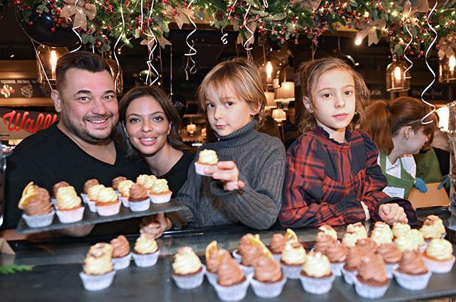 Сергей Жуков, его супруга Регина Бурд сдетьми Энджелом иНикой наоткрытии семейной кондитерской Cupcake Story наНовом Арбате.