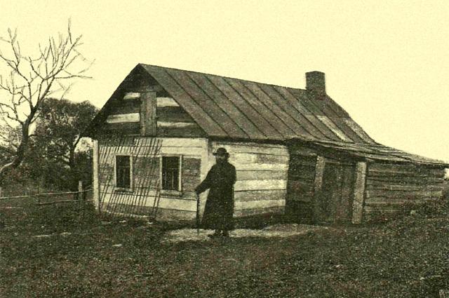 Избушка блаженной Евфросинии, построенная ей Алексеем Цемшем. Около 1911 г.