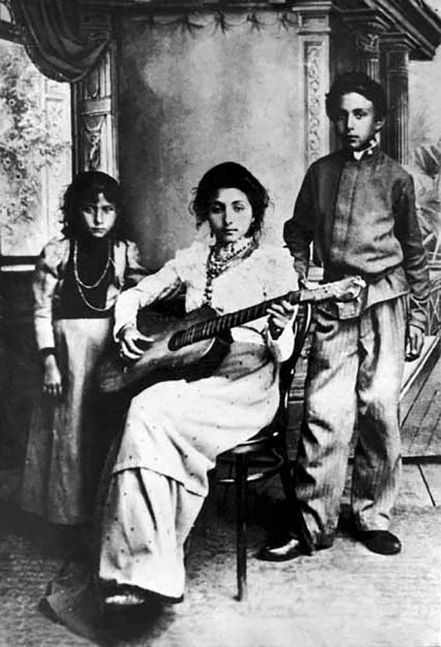 Цыгане из города Новый Оскол. Фотография начала XX века.