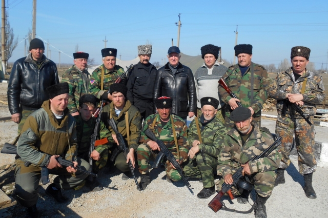 Казаки в Крыму с атаманом Кубанского казачьего войска Николаем Долудой (в центре).