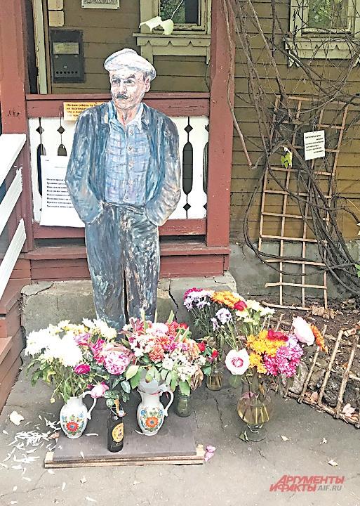 Фигура Булата Окуджавы стоит рядом с входом в его дом.