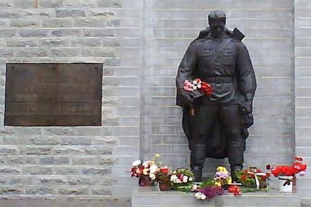 Бронзовый солдат на Военном кладбище (май 2008)