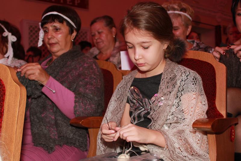 Соня Ермолина любит вязать игрушки, но в рекорде участвует за компанию с бабушкой