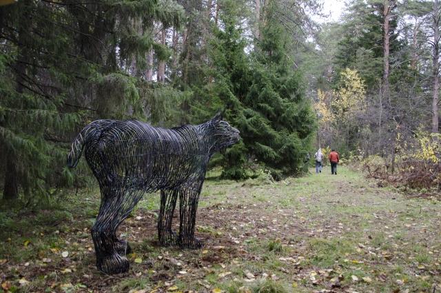 Вот такая скульптура установлена в лесу. Автор - Александр Голостной.