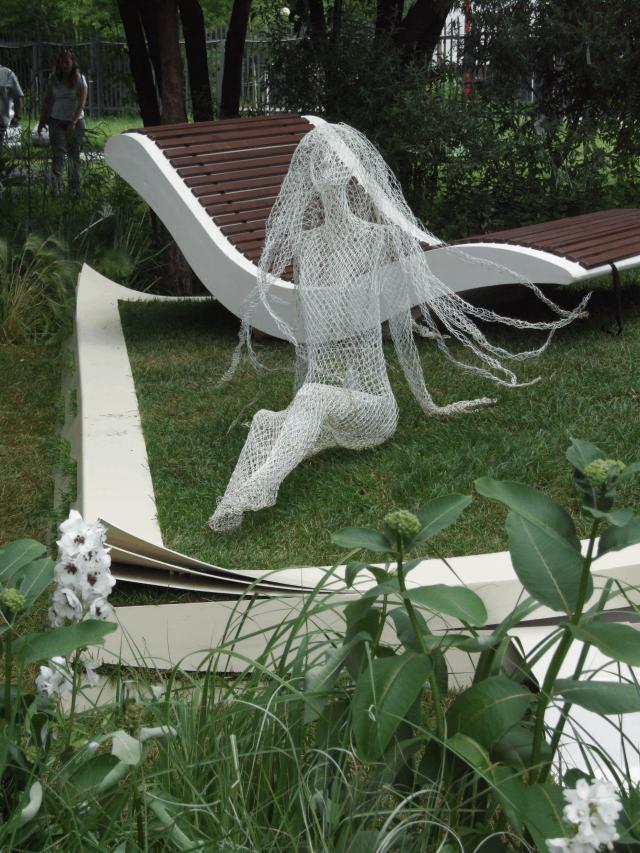 Воздушная женская фигурка – символ вечной молодости.