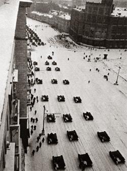 Танки, идущие после парада на фронт по Тверской улице