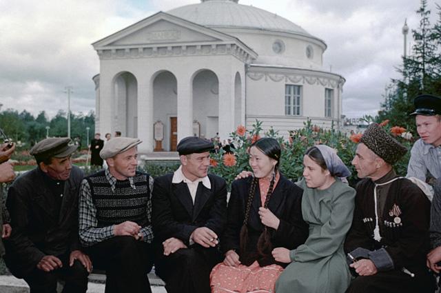 Передовики сельского хозяйства из республик СССР на ВСХВ (Всесоюзная сельскохозяйственная выставка) в Москве, 1954 г