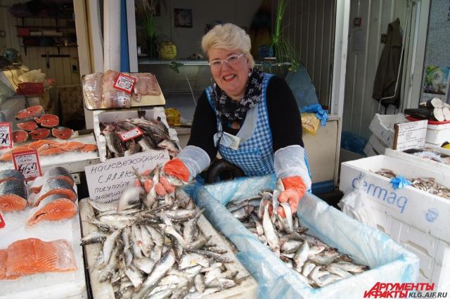 На рынках бойко предлагают свежую рыбу.