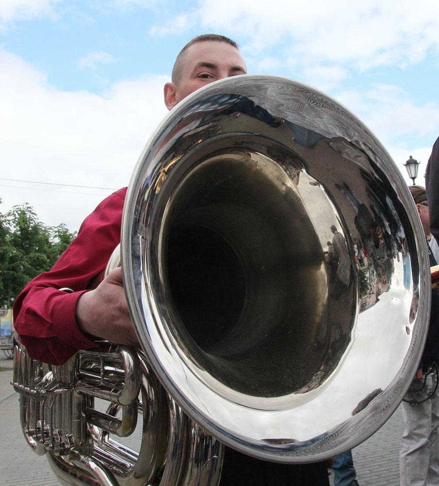 Ежегодно стрит-парад собирает десятки музыкантов.