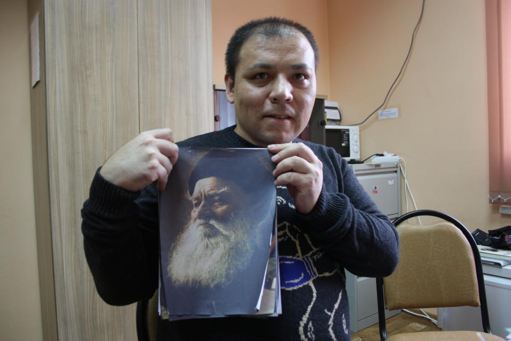 Ша-Фей Саинов с портретом деда.