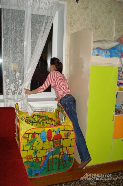 Наталья выглянула в окно и тут же присела. Прозвучали два выстрела.