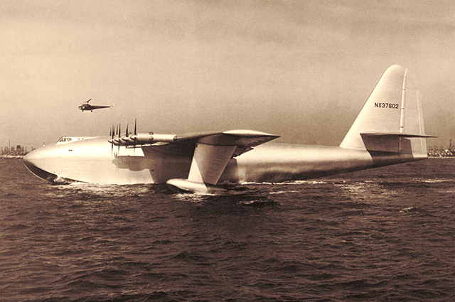 Самолёт Hughes H-4 Hercules, известный также как Spruce Goose («Еловый гусь»).