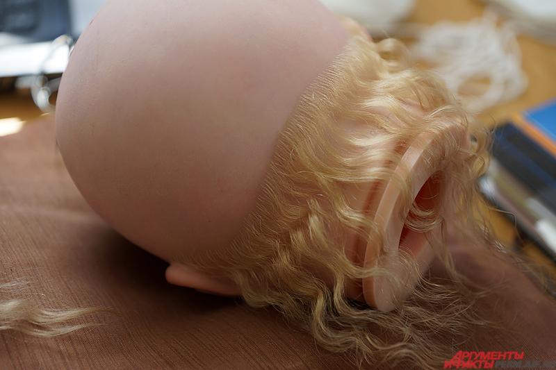 Пермячка «вживляет» по одному волоску с помощью иголок и клея.