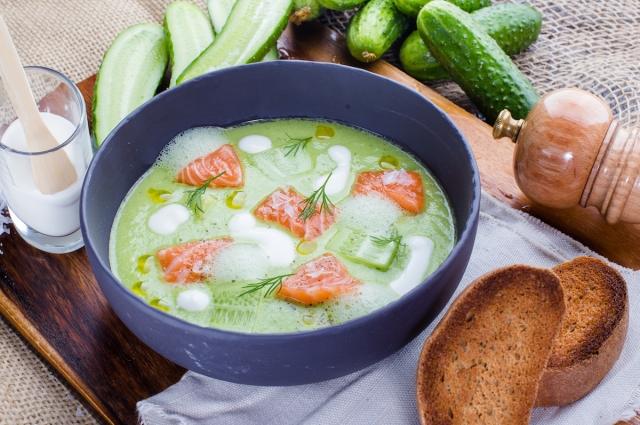 Холодный суп из огурцов с лососем и натуральным йогуртом