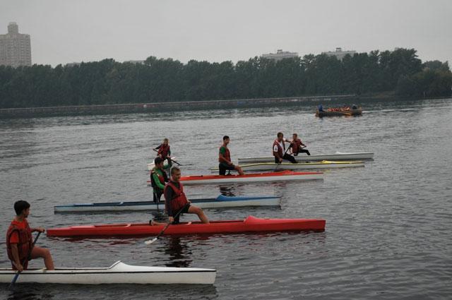 Состязания проходят не только на суше, но и на воде.