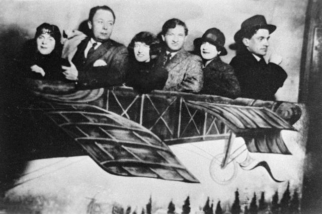 Писательница Эльза Триоле, художник Робер Делоне, поэтесса Клэр Голль, писатель и поэт Иван Голль, художница Валентина Ходасевич и поэт Владимир Маяковский (слева направо). Фотография была сделана уличным фотографом на ярмарке в Париже в конце 1924 года.