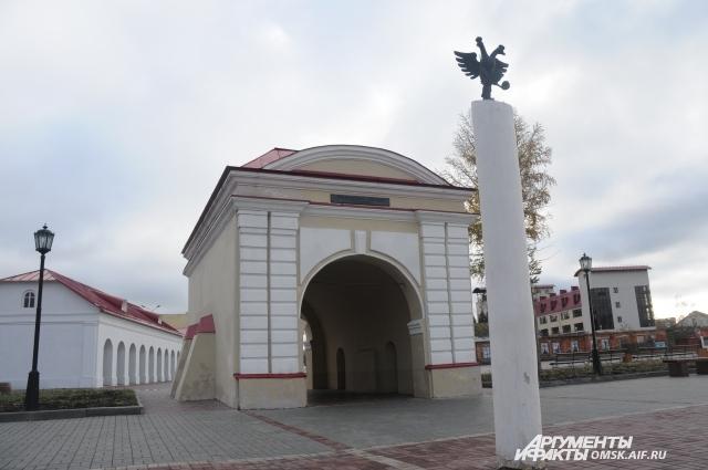 Через эти ворота проходил закованный в кандалы Достоевский.