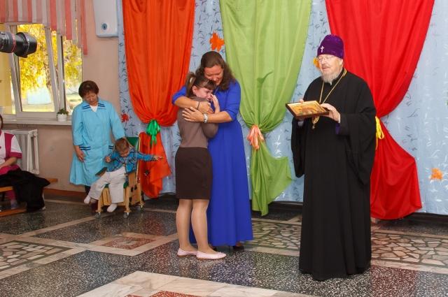 Владыка подарил детям икону святых Веры, Надежды, Любови и матери их Софии.