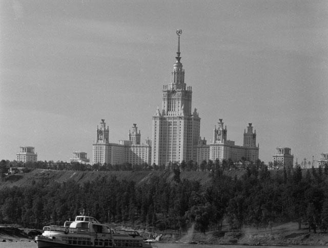 Здание Московского государственного университета имени М.В. Ломоносова (МГУ) на Ленинских (Воробьевых) горах. 1954 год.