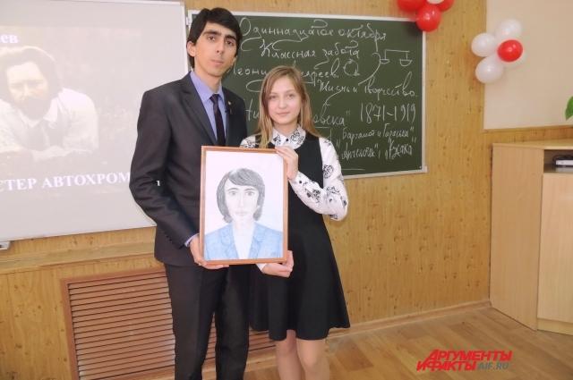 Чтобы поздравить своего классного руководителя Александра Шагалова с победой в конкурсе, семиклассница Лиза Бенко нарисовала его портрет.