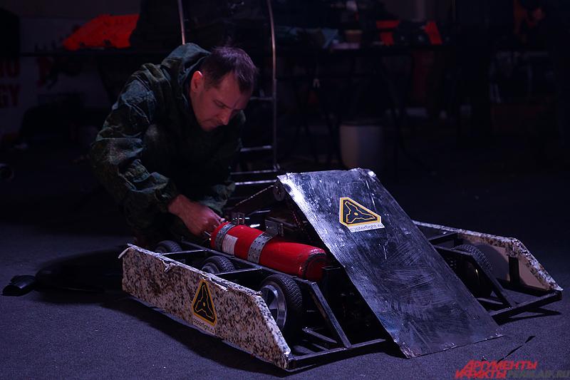 В перерывах между битвами инженеры оперативно пытались подлатать своих «железных монстров».