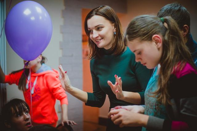 Десятки волонтёров проводят акции для деток.