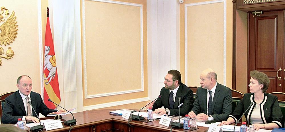 На заседаниях рабочей группы под председательством губернатора региона Бориса Дубровского все вопросы связанные с реализацией дорожной карты, подробно обсуждаются.