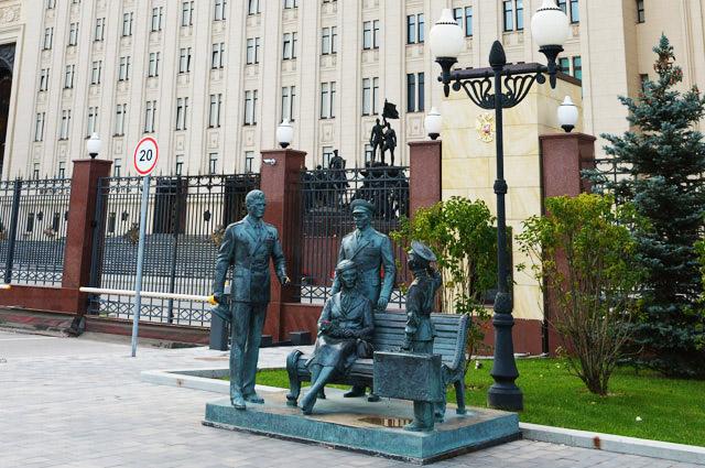 Скульптурная композиция посюжету фильма «Офицеры» у Здания министерства обороны РФ на Фрунзенской набережной.