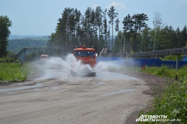 Полив - средство борьбы с пылью на технологических дорогах.