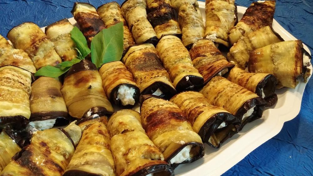 Рулетики из баклажанов можно начинить овощами, сыром или творогом.