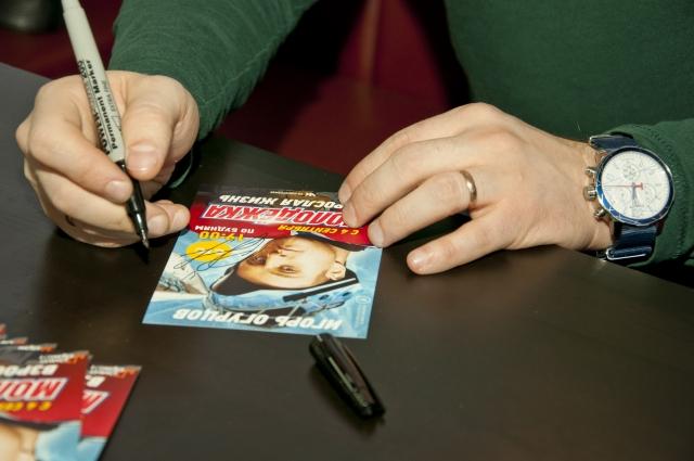Актёр раздал поклонникам автографы.